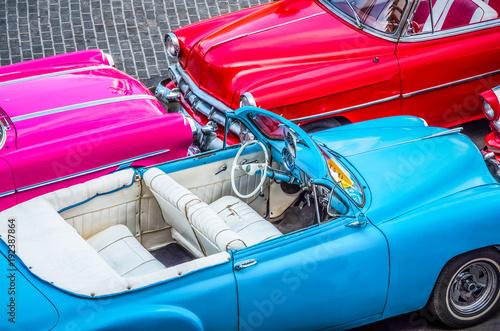 Trzy amerykańskiego kabrioletu klasycznego samochodu w Hawańskim mieście Kuba w odgórnym widoku - HDR - Seria Kuba reportaż