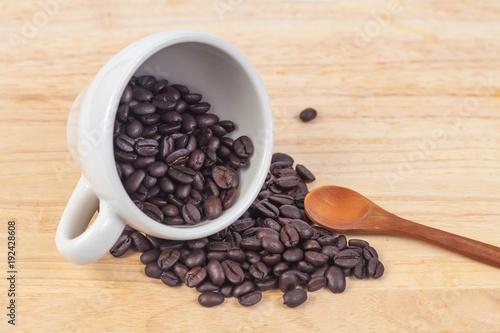 Papiers peints Café en grains coffee beans in white cup on wood table