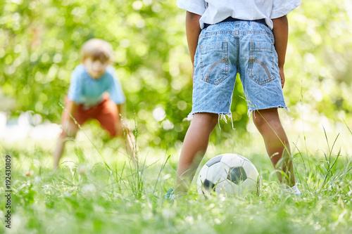 Aluminium Voetbal Zwei Kinder spielen Fußball zusammen
