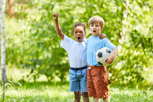 Multikulturelle Jungen als Freunde mit Fußball - 192430817