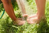 Füße von Kindern werden nass gespritzt - 192431000