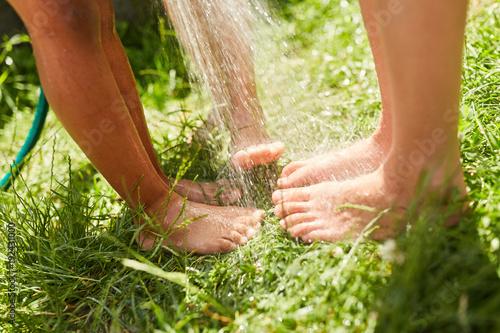 Füße von Kindern werden nass gespritzt