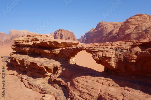 Papiers peints Marron Natural rock bridge and panoramic view of Jordanian desert Wadi Rum