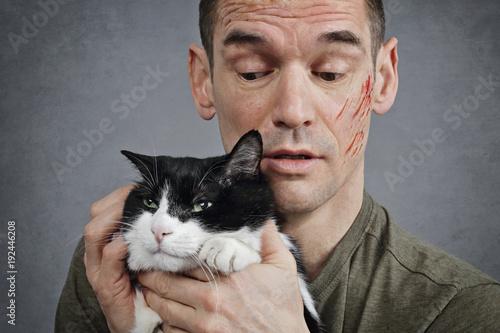 Fototapeta homme griffé par son chat