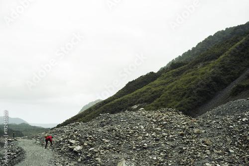 Fotobehang Khaki Paisaje de picos de montañas verdes con cielo nublado en Nueva Zelanda