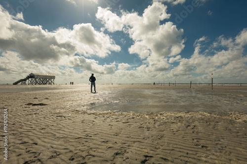 Fotobehang Noordzee Sankt Peter Ording, Nordsee, Mann, Silhouette, Meer, Strand, Winter, Spaziergang, Einsamkeit, Depression, Ausblick, Wolken, Küste, Deutschland
