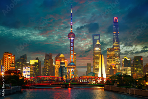 Aluminium Shanghai Shanghai skyline at dusk with Garden Bridge, China