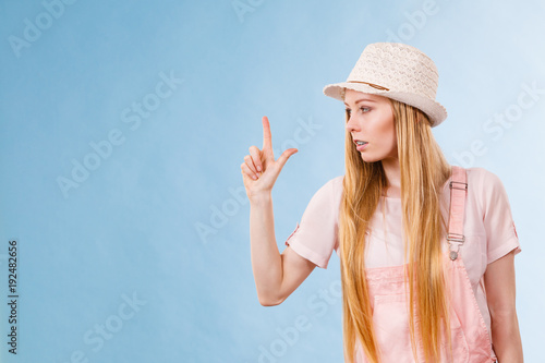 Plagát Woman wearing summer outfit pointing