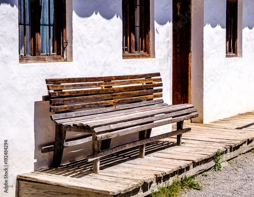 Tuinposter Baksteen muur old bench