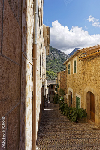 In de dag Smal steegje Narrow alley in spain on a sunny day with blue sky, Mallorca Europe