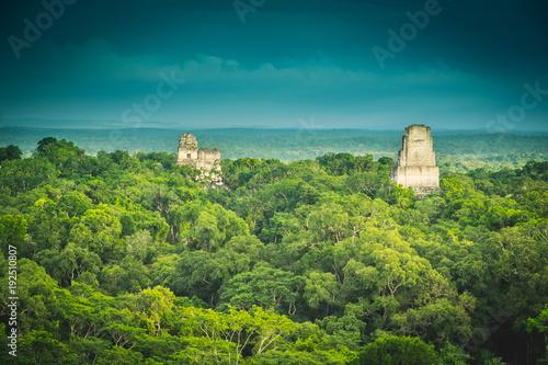 Papiers peints Bleu vert Tikal ruins, Guatemala