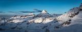 Berge leuchten in der Winterlandschaft