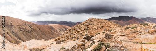 Foto op Plexiglas Panoramafoto s panoramic shot of volcanic mountainous landscape on island of Fuerteventura, Spain und overcast sky