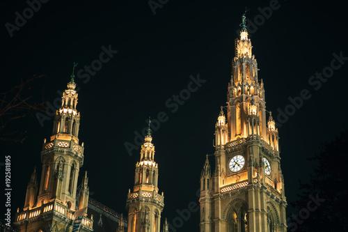 In de dag Wenen Vienna. Town Hall facade at night