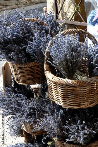 In de dag Lavendel Gordes (Vaucluse) paniers en osier et lavande, Luberon, Provence, France