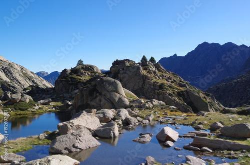 Aluminium Zwart Lac de montagne bleu et montagnes vertes le matin d'été