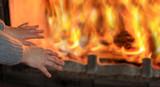 Fototapeta City - Ogień w kominku, kobieta grzeje dłonie. © blachowicz102