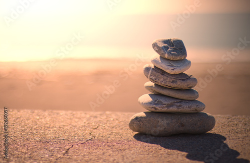 Plexiglas Zen Stenen Piramide pietre zen. Sfondo mare al tramonto