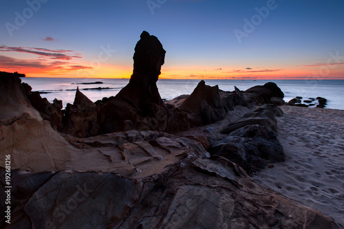 Papiers peints Noir sunset seascape with beautiful rocks formation on the ground.