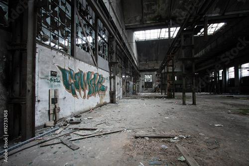 Staande foto Oude verlaten gebouwen Alte Lagerhalle mit Graffiti und zerschlagenen Scheiben