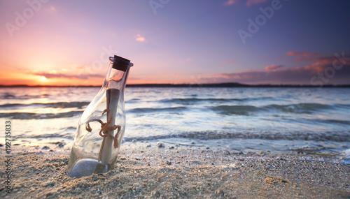 Fotobehang Strand romantische Flaschenpost am Strand