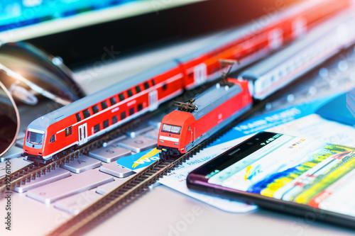 Pociąg zabawka, bilety, paszport i karta bankowa na laptopie lub notebooku