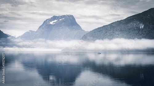 Fotobehang Donkergrijs Boot im Nebel