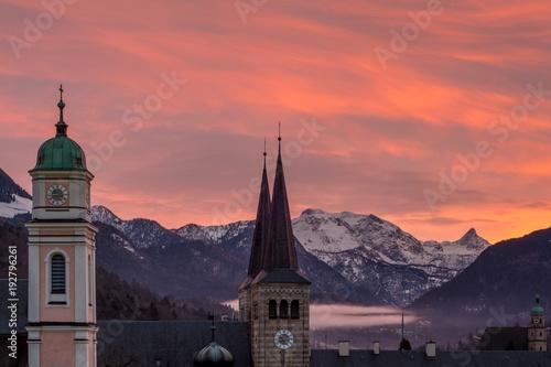 Deurstickers Koraal Die Stadt Berchtesgaden im Berchtesgadener Land am Abend im Winter