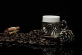 Gümüş fincan ve kahve çekirdekleri