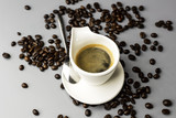 Filiżanka espresso i rozsypane ziarna kawy