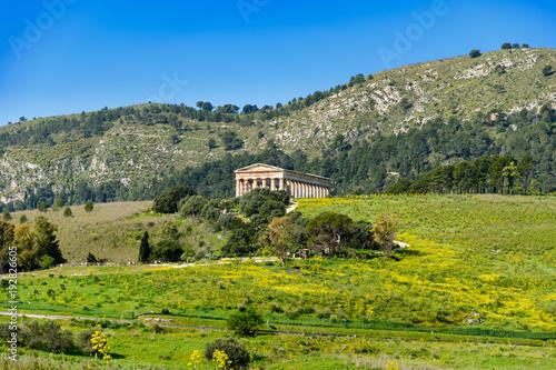 Fotobehang Pistache Antyczna świątynia w Segesta, Sycylia, Włochy