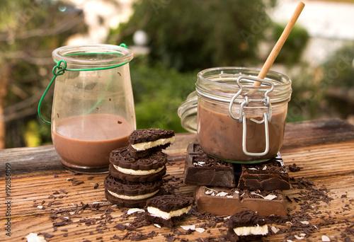 Kakao mit verschiedenen Tafeln Schokolade und gefüllten Schokoladenkeksen