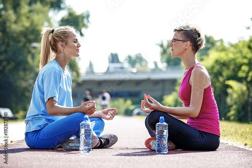 Aluminium School de yoga Women enjoying meditation