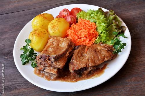 żeberka wieprzowe z ziemniakami, surówką i pomidorem - 192878459