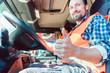 Quadro Fernfahrer Mann sitzt in seinem LKW und zeigt den Daumen hoch