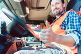Fernfahrer Mann sitzt in seinem LKW und zeigt den Daumen hoch