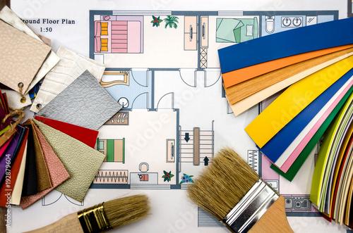 Plan domu z narzędziami i próbkami kolorów