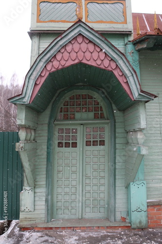Wooden door with carvings in Gorokhovets city (Russian)