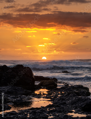 Papiers peints Morning Glory Sunrise over the ocean - path of gold