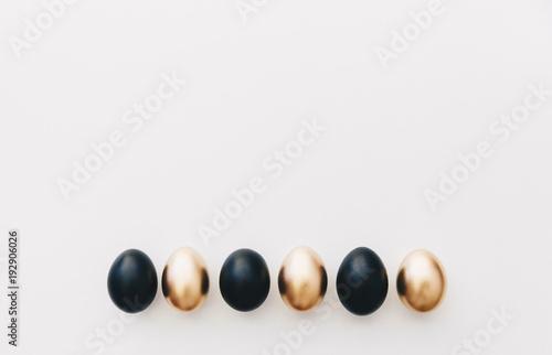 Czarne i złote jaja. Minimalne tło Wielkanoc