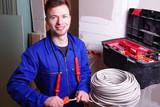 Elektriker installiert Steckdosen, verlegt Kabel  - 192942260