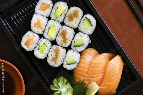 Fotobehang Sushi bar Sushi Take away Box mit Lachs, Avocado, Tiuna Maki Roll und Nigiri
