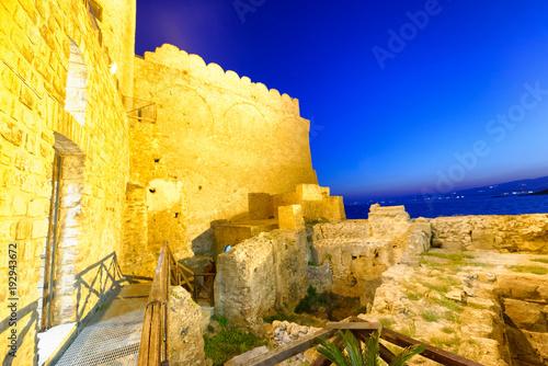 Aluminium Donkerblauw Aerial view of Aragonese Fortress interior at night, Calabria, Italy