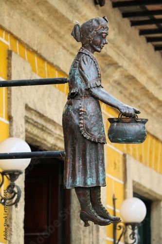 Fotobehang Havana Havanna, Kuba, Frauenfigur an der Konditorei Dulceria Dona Teresa
