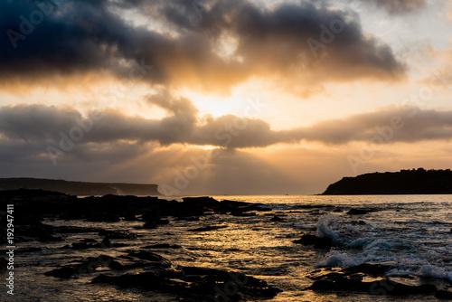 Foto op Aluminium Zee zonsondergang Sunrise sun peeking through cloud over harbour