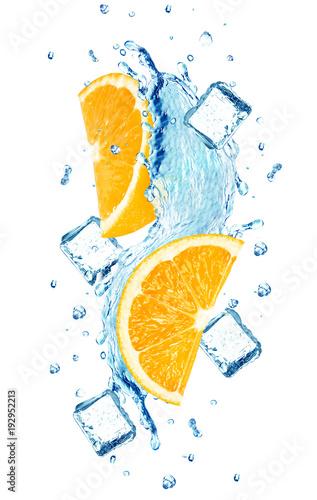 pomaranczowy-plusk-wody-kostki-lodu-na-bialym-tle