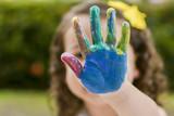 Tinta criança mão colorido cores feliz brincar alegria - 192974063