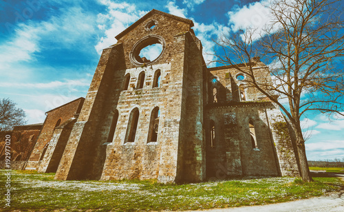 Papiers peints Toscane The ancient Abbey of San Galgano, Italy, is a mirable example of romanesque architecture in Tuscany