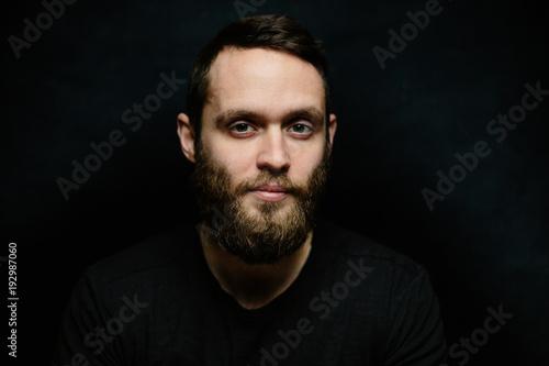 Przystojny mężczyzna portret patrzeje w kamerę