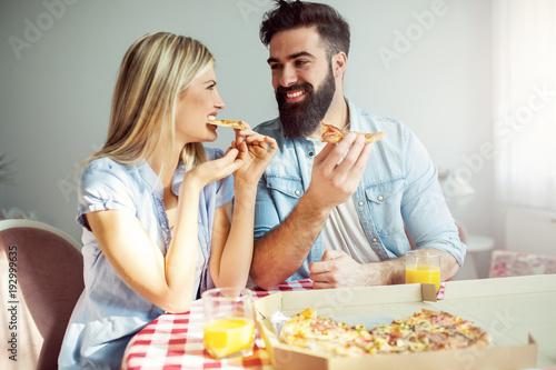 Papiers peints Pizzeria Couple eating pizza